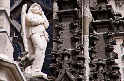 Ut_engelke met het mobieltje op de Sint Jan in 's-Hertogenbosch